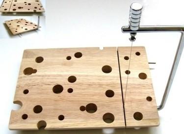 Tabla con agujeros, para cortar queso