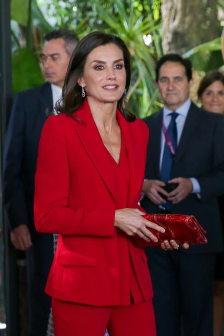 La reina Letizia apuesta por el rojo en su visita a Girona acompañada de la princesa Leonor y la infanta Sofía