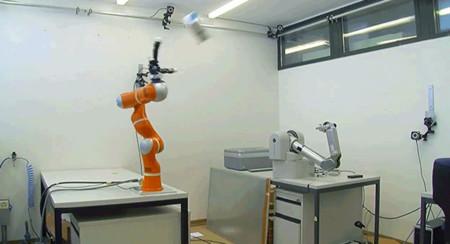 Este brazo robótico las coge siempre al vuelo
