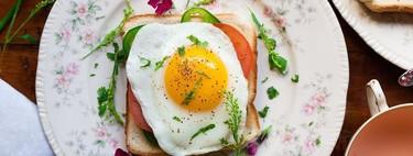 Tostada de salmón, huevo y aguacate. Receta fácil para desayuno