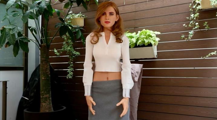 Un fan crea un robot réplica de Scarlett Johansson que resp