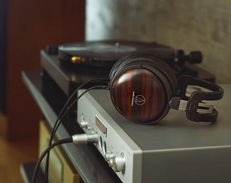 """Audio-Technica muestra su línea de auriculares HiFi más """"exóticos"""" fabricados con caja acústica de maderas nobles"""