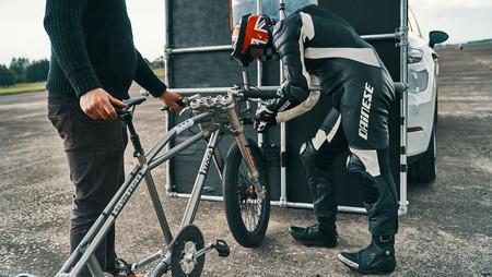 Porsche lo vuelve a hacer: 240 km/h en bicicleta, a rebufo de un Cayenne Turbo