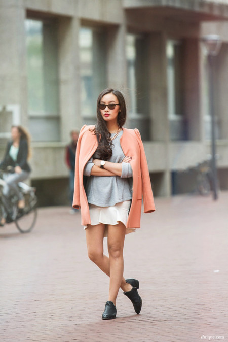 Chaqueta rosa sudadera gris falda volantes