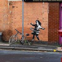 Banksy nos regala una nueva obra en Nottingham: una niña jugando en la calle