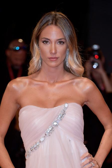 Alice Campello rompe su vestido por el día y luce como una princesa por la noche en el Festival de Venecia 2019