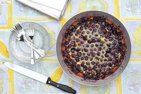 Clafoutis o flaugnarde de arándanos: la receta más fácil para improvisar un postre fresco y ligero en pocos minutos