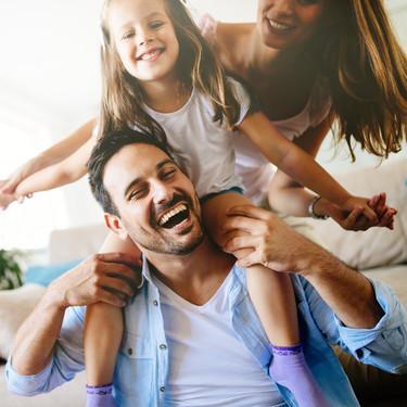 Madres y padres actuales se sienten más felices con su papel en la crianza de sus hijos, en comparación con generaciones anteriores