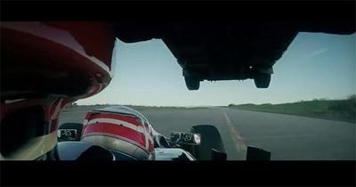 Un camión salta un auto de Formula 1