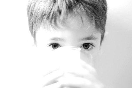 Recomiendan dar leche antes que agua para hidratar a los niños