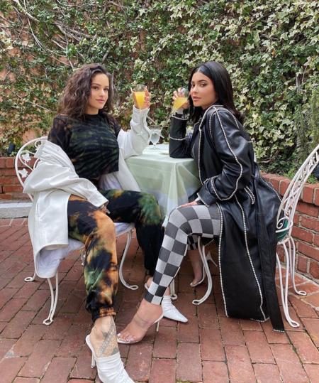 Los looks que han elegido Rosalía y Kylie Jenner para ir a tomar algo como auténticas amigas