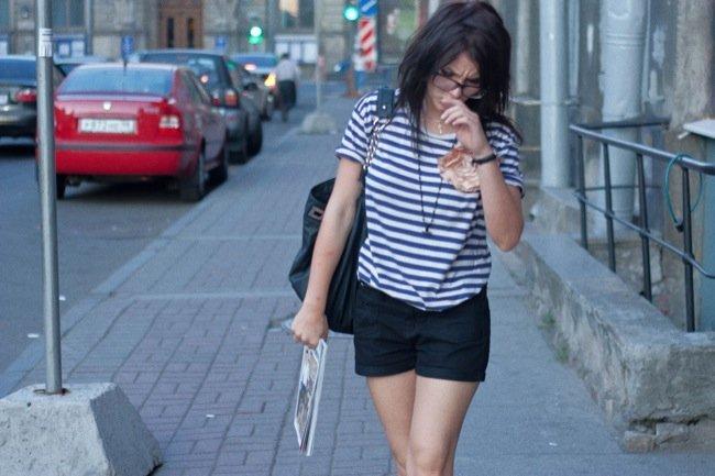 Frente al calor, unos shorts cortos como las mejores streetstylers: para el trabajo o el día a día. Trabajar I