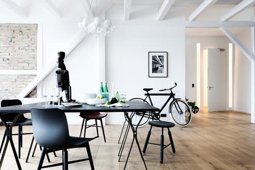 Un piso en Berlín diseñado para atrapar la luz entre sus blancas paredes