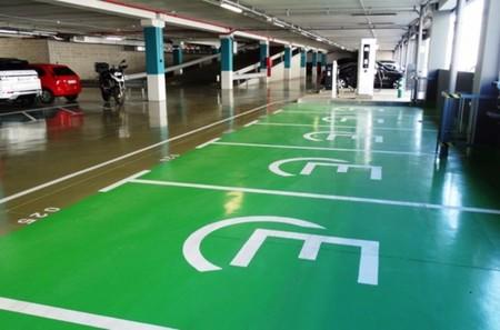 Si viajas a Finlandia con tu auto eléctrico, no tendrás problema para encontrar estacionamiento exclusivo