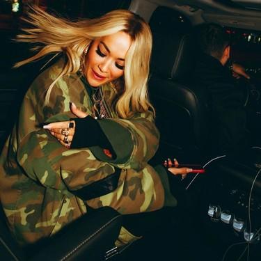 Rita Ora añade dos nuevos tatuajes a su colección, decantándose por las tendencias del momento