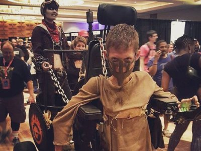 Transformar una silla de ruedas en un vehículo de Mad Max es el cosplay definitivo