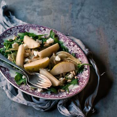 Ensalada de hinojo, pera Rocha y queso de cabra, la receta que te hará amar de nuevo las ensaladas templadas