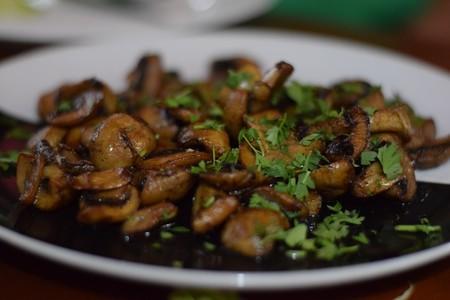 Salteado oriental de setas con cilantro. Receta vegana fácil para cualquier ocasión