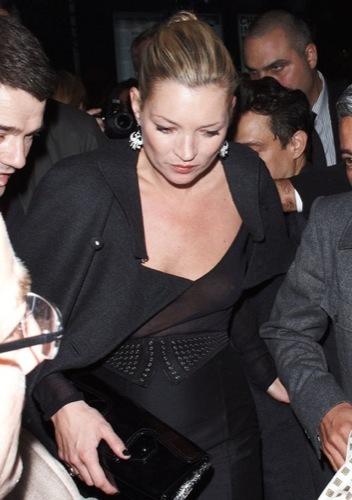 Las transparencias no siempre son buenas por Kate Moss en la Semana de la Moda de París II