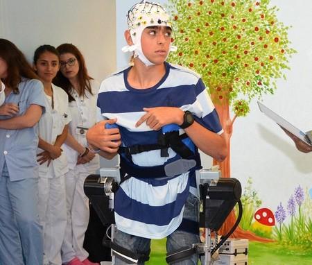 Crean un exoesqueleto que obedece las órdenes del cerebro para ayudar a andar a los niños con parálisis cerebral
