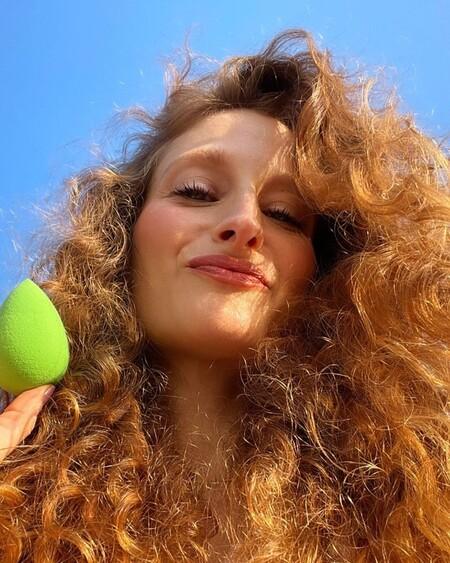 ¿Por qué algunas vloggers están usando un preservativo para aplicar su maquillaje?