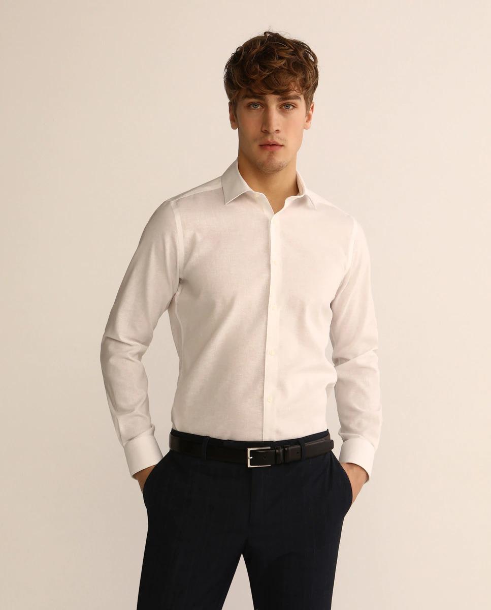 Camisa de lino de vestir slim fit en color blanco lisa. Tiene cuello clásico y puños redondeados. Non Iron, sólo lavar y colgar, no requiere plancha.