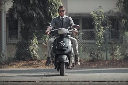 La moto eléctrica más obediente del mundo: aparca sola con una orden de voz y mantiene el equilibrio por ti