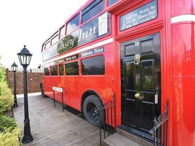 Este clásico autobús inglés de dos plantas ahora se ha transformado en un hotel