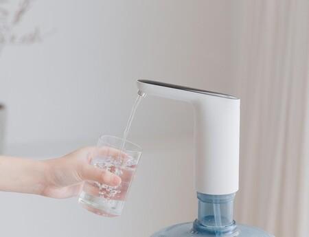 Este ingenioso gadget de Xiaomi convierte cualquier botella de plástico en un dispensador de agua y hoy lo tienes por 11 euros