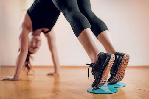 Tres ejercicios con sliders o discos deslizantes para trabajar tus piernas y glúteos en casa