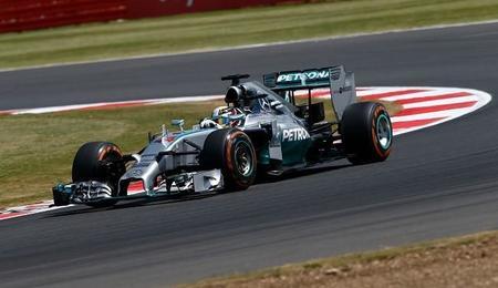 Lewis Hamilton aprovecha el abandono de Nico Rosberg y aprieta el Mundial