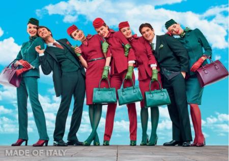 La compañía aérea Alitalia renueva uniforme y desata la polémica