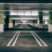 Si los aparcamientos funcionasen como estas campas de coches se podría ahorrar un 60% de espacio