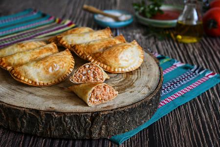 Estas empanadillas de atún y tomate al horno prometen convertirse en tu nueva especialidad