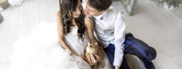 This wedding photographer does sessions for cat lovers and the result is lovely