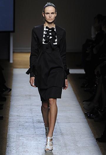 Foto de Yves Saint Laurent, Primavera-Verano 2010 en la Semana de la Moda de París (5/17)
