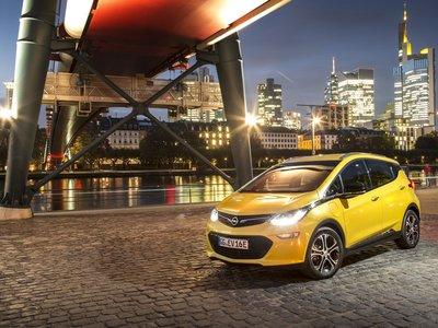 ¿Y si Opel se reconvirtiera para vender solo eléctricos? Esa es la propuesta de Karl-Thomas Neumann para salvar al Opel Ampera-e