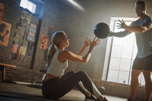 Los ejercicios más intensos con balón medicinal para ponerte en forma en poco tiempo
