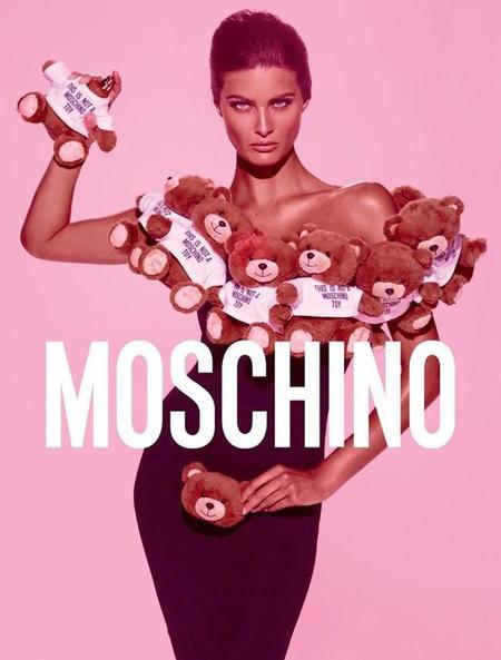 Isabeli Fontana posa para el perfume Toy de Moschino fotografiada por Steven Meisel y rodeada de ositos