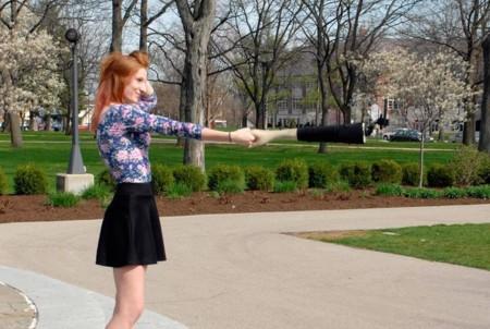 """Si quieres parecer menos solitario en tus autofotos,  mira este """"brazo selfie"""""""