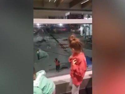 """La graciosa """"batalla de baile"""" entre dos niñas y un empleado del aeropuerto que se ha vuelto viral"""