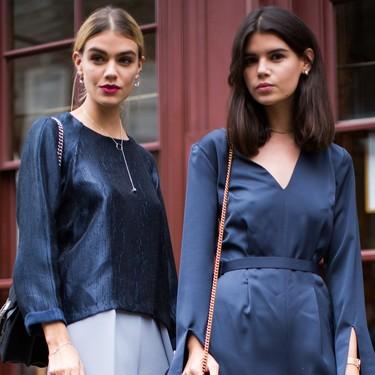 El street style no espera: así lucen las chicas de moda el Classic Blue, el Pantone de 2020 más fácil de combinar
