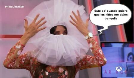 Pilar Rubio se convierte en una anémona con el tapete de ganchillo de tu abuela (y Cristina Pedroche ya quiere ir corriendo a copiarla)