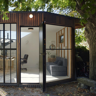 Espacios que inspiran: un cobertizo de jardín convertido en estudio contemporáneo