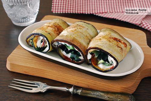 Rollitos de berenjena rellenos de tomate, queso y col kale. Receta saludable