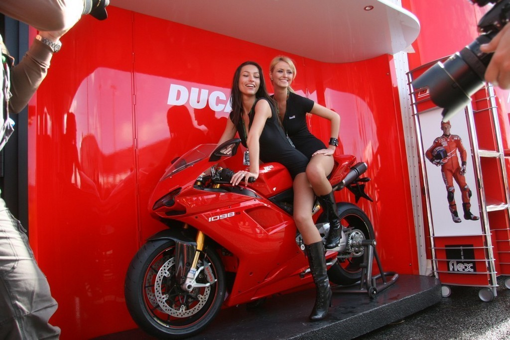 Foto de Las pit babes de Estoril en una Ducati 1098 (23/35)
