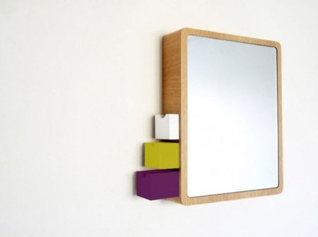 Un espejo con discretos compartimentos para almacenaje