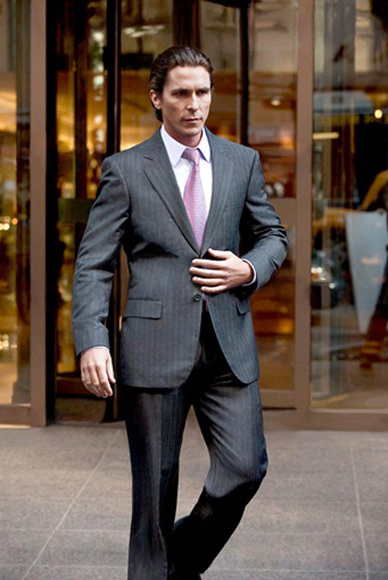 Bruce Wayne (Christopher Bale), con un traje de Giorgio Armani