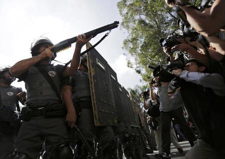 Los periodistas fotografían a las fuerzas de seguridad. Varios fotoperiodistas resultaron heridos en una manifestación