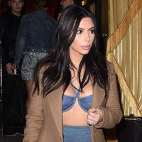 Kim Kardashian se transforma en París, ahora es el turno del sujetador con abrigo